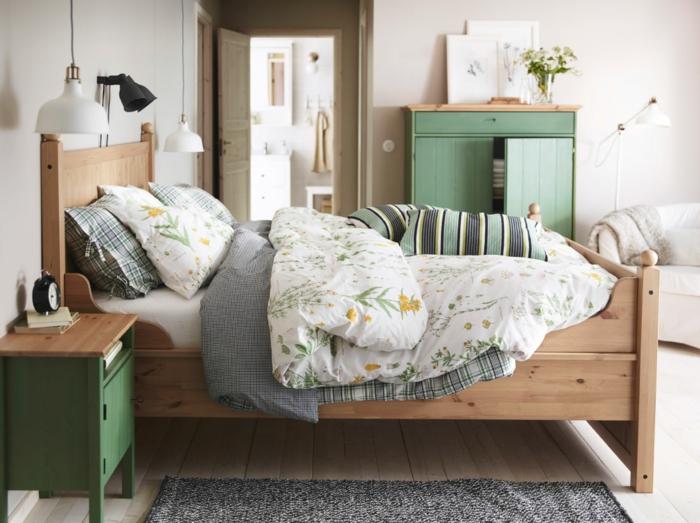 schlafzimmer einrichten kleines schlafzimmer hängeleuchten holzbett grüne möbel