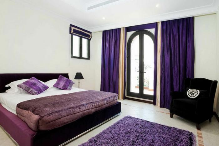 schlafzimmer einrichten lila akzente sessel helle wände balkon