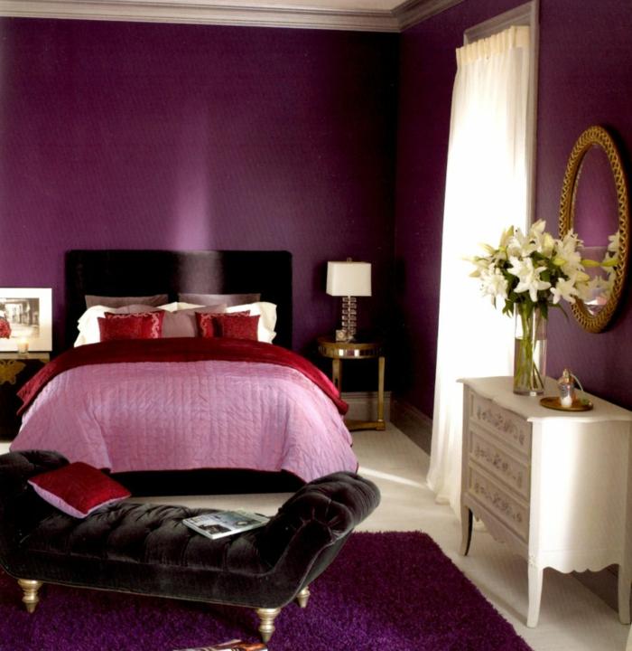 schlafzimmer einrichten lila teppich lila wände schlafzimmerbank wandspiegel blumen