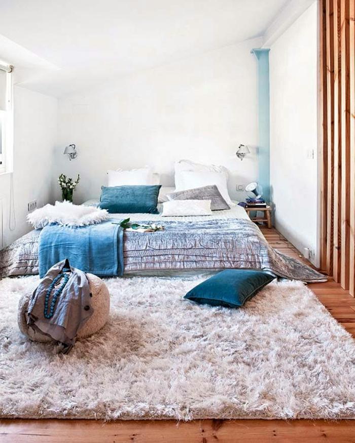 schlafzimmer einrichten teppich blaue akzente weiße wandfarbe