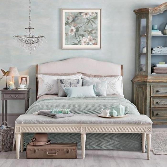 schlafzimmergestaltun kristallkronleuchter bettbank retro möbel nachtkonsole
