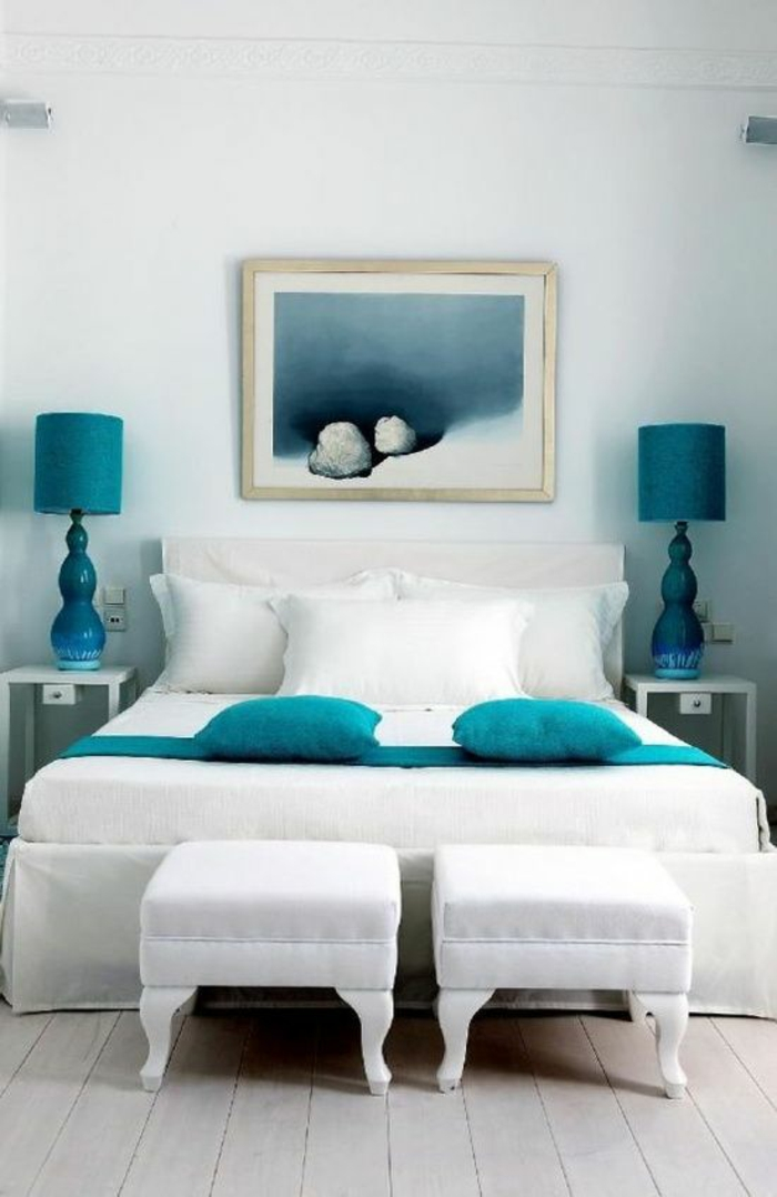 schlafzimmergestaltun maritimes design azurblaue kissen nachtleuchten