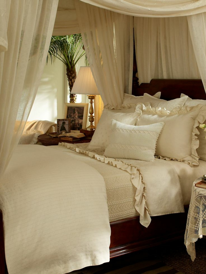 schlafzimmergestaltung romantisch himmelbett rüschen spitze weiß massivholzbett