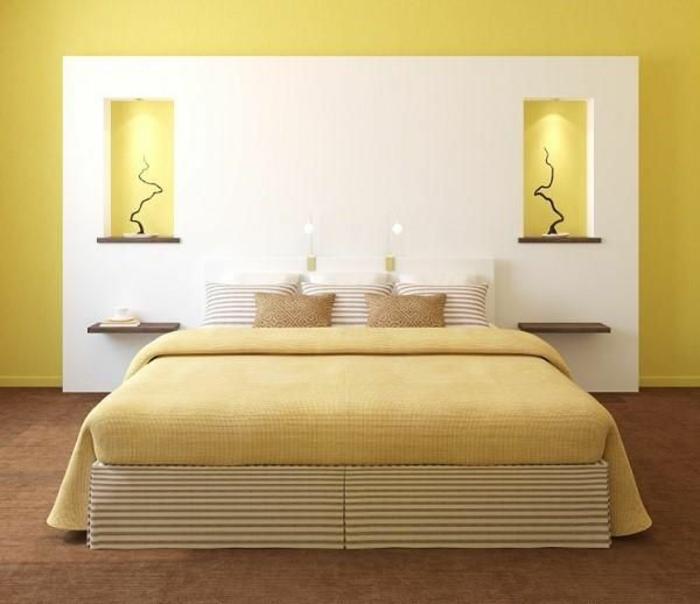 schlafzimmergestaltungsymmetrie gelbe wandfarbe gestreifte polsterung kissen