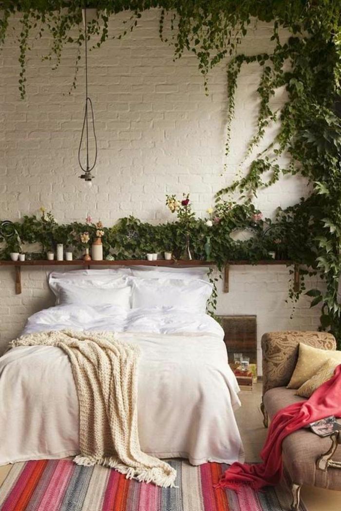 schlafzimmergestaltung weiße ziegelwand efeu wanddekoration gestreifter teppichläufer