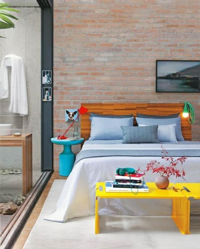schlafzimmergestaltung ziegelwand holzbettgestell gelbe hocker