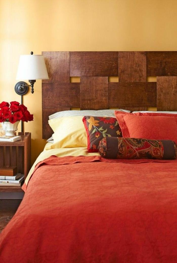 schlafzimmergestaltung bettgestell dunkles holz kopfteil rote rosen