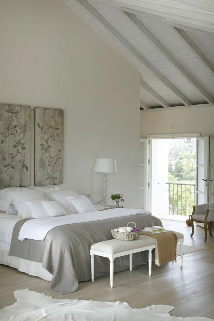 schlafzimmergestaltung dachgeschoss bettbank pelzteppich wanddekoration shabby chic