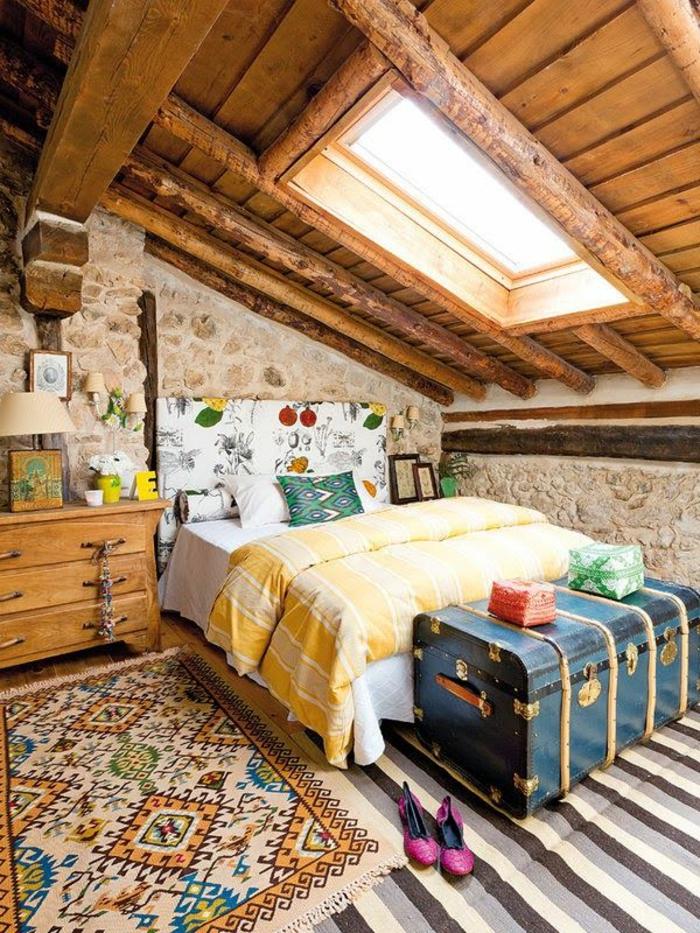 schlafzimmergestaltung dachgeschoss offene deckenbalken rustikal ethno motive alte truhe