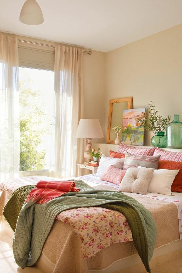schlafzimmergestaltung dekokissen gestreift filigrane florale muster