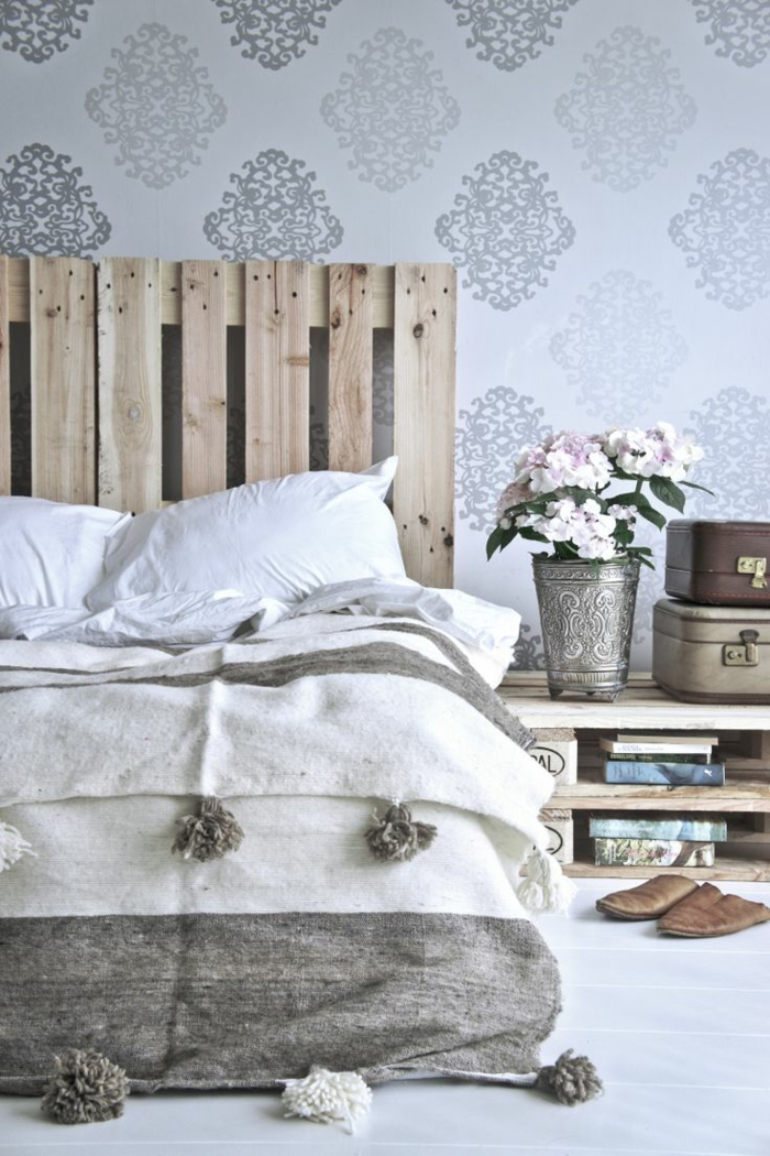 schlafzimmergestaltung europalette kopfteil bett silberne vase mustertapete