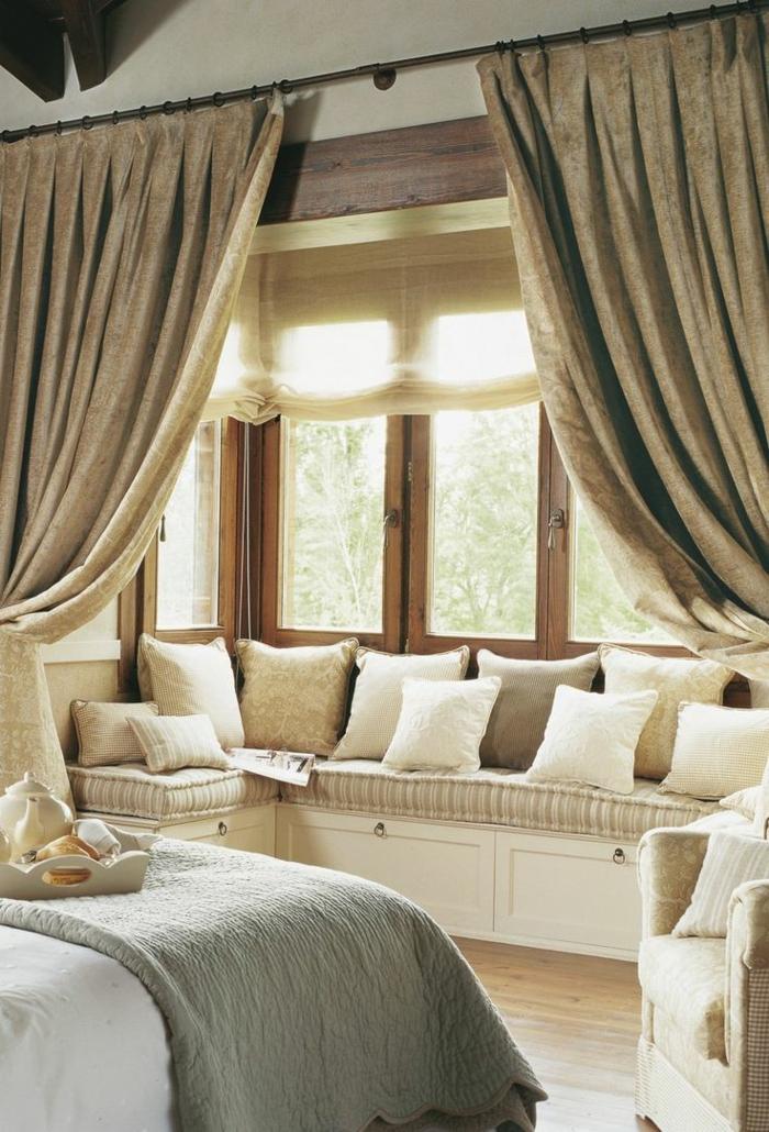 schlafzimmergestaltung fensterbank gepolstert dekokissen naturfarben