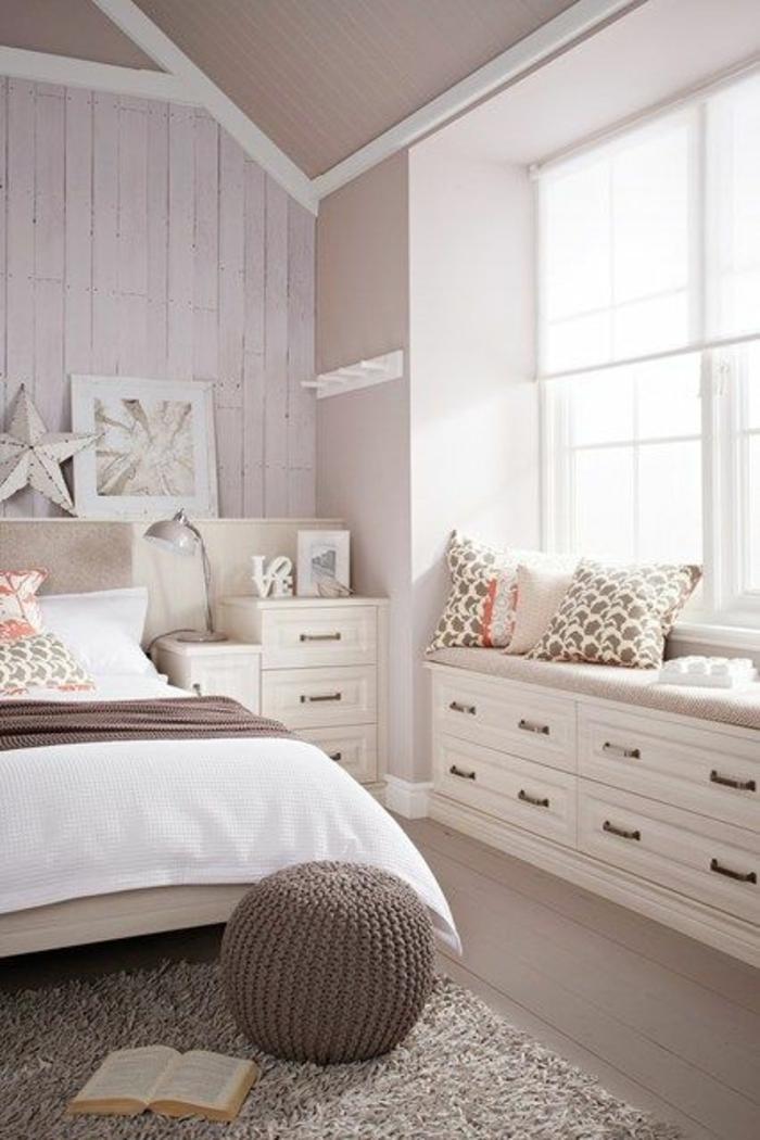 schlafzimmergestaltung gestrickter runder hocker hochflorteppich fensterbank fächer stauraum