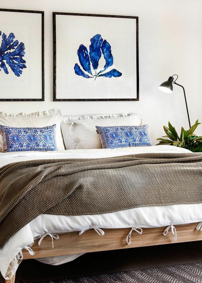 schlafzimmergestaltung holz bettgestell florale muster dekokissen tagesdecke fein gemustert