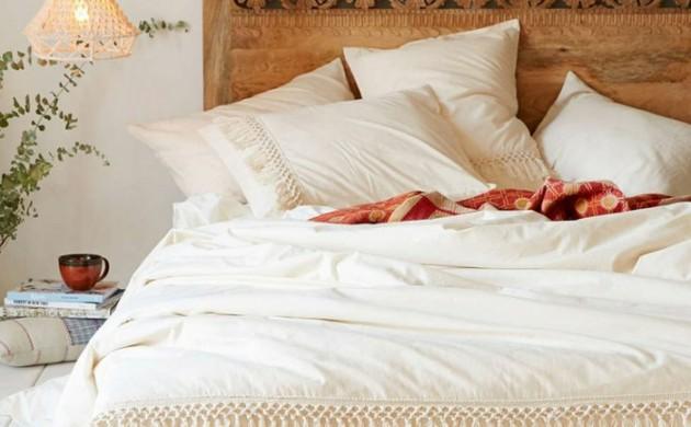 schlafzimmergestaltung-holzschnitzereien-kopfteil-doppelbett-weiße-leinen-franzen