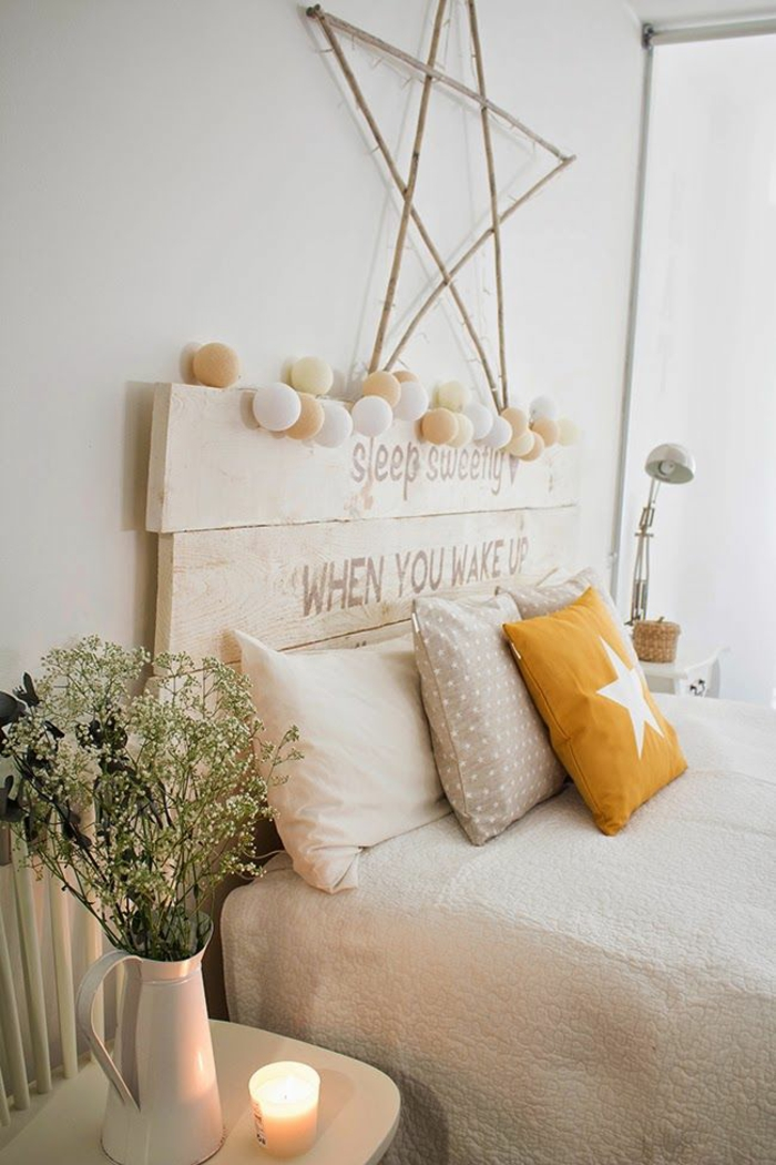 schlafzimmergestaltung kopfteil holzbohlen dekokissen weiße tagesdecke