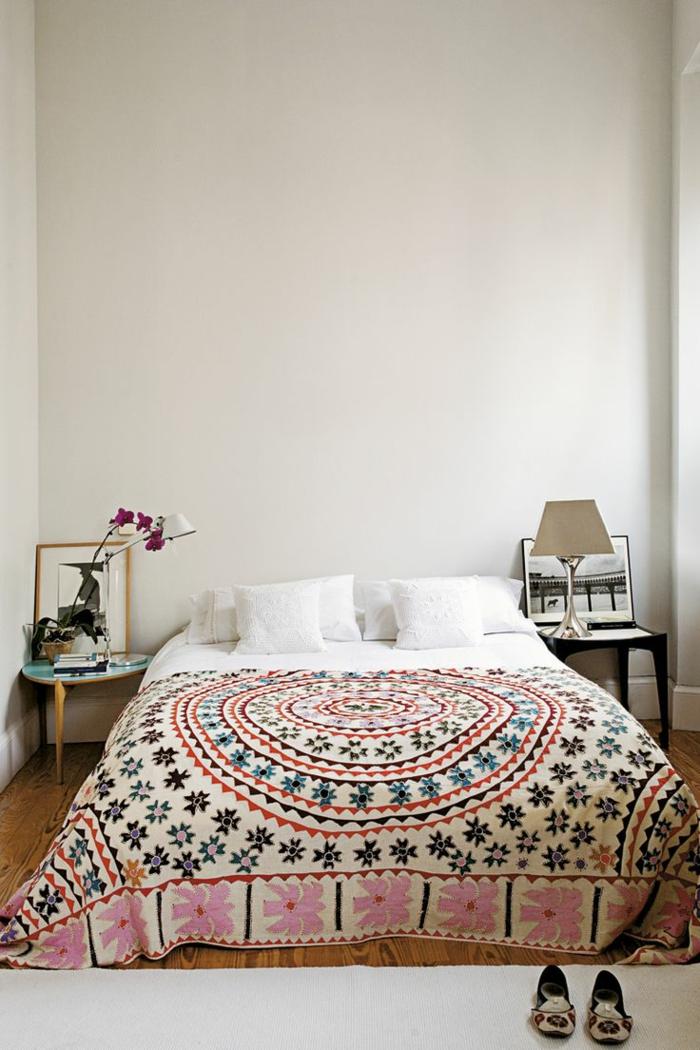 schlafzimmergestaltung origienelle tagesdecke sterne ethno motive nachttische eklektisch