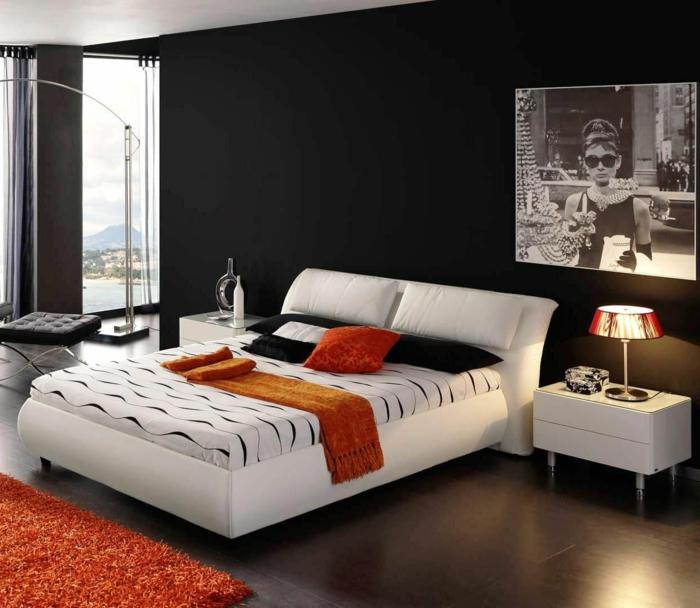 schwarze wandfarbe weißes bett schlafzimmer orange akzente