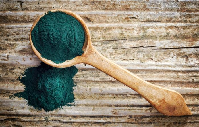 spirulina algen gesundes pulver blaugrün