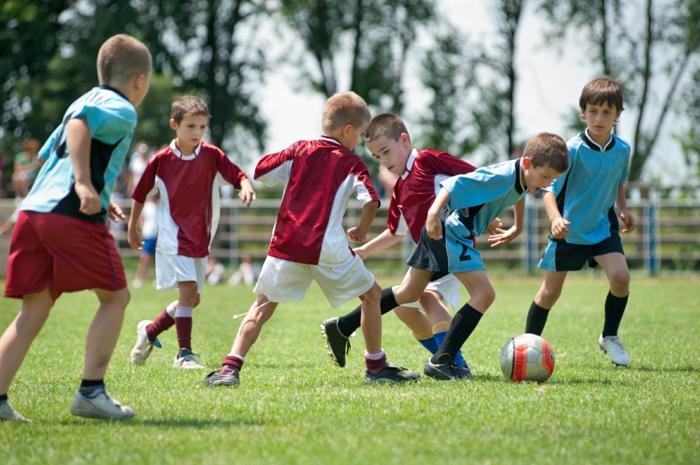 sportarten für kinder jungen fußball spielend