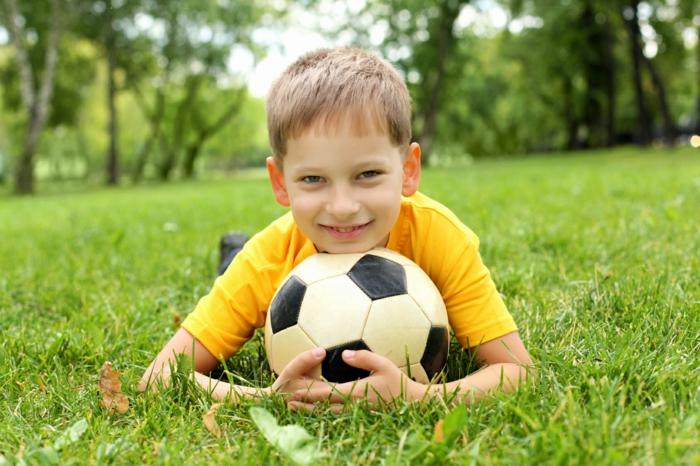 sportarten für kinder jungen fußball junge gras