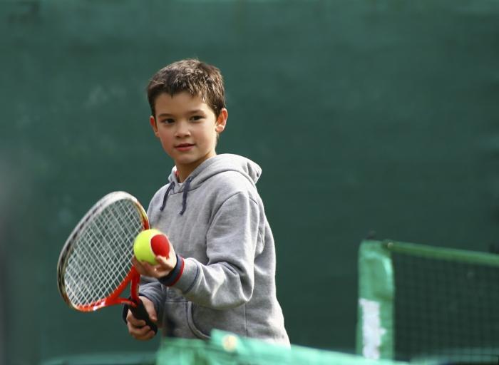 sportarten für kinder tennis spielen junge