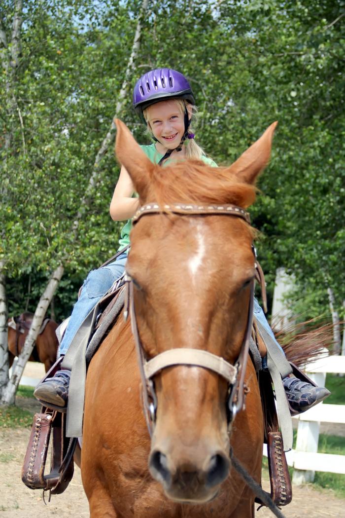 sportarten für kinder mädchen pferd reitend