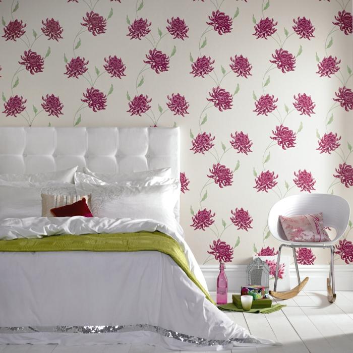 tapete vintage schlafzimmer weißes bettkopfteil sessel schaukelstuhl