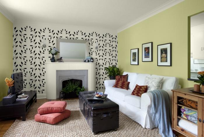 tapete vintage wohnzimmer gestalten weißes sofa rote bodenkissen pflanzen