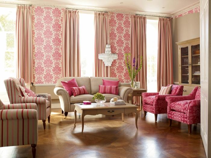 tapete vintage wohnzimmer lange gardinene streifenmuster farbige sessel