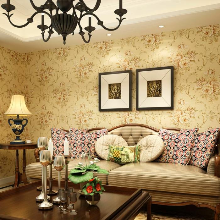 tapete vintage wohnzimmer sofa farbige dekokissen leuchter