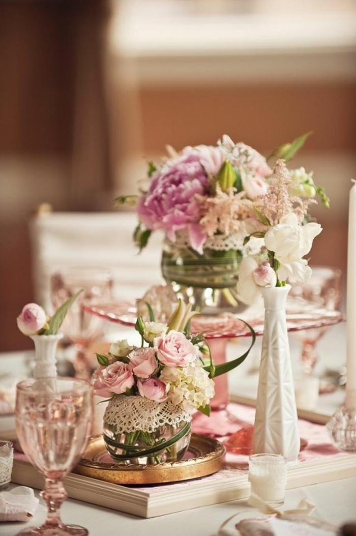 tischdekoration hochzeit blumendeko gläser porzellanvasen spitze rosen pfingsrosen