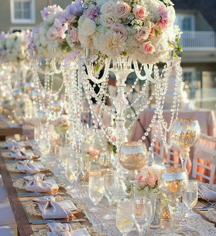 tischdekoration hochzeit blumendeko rosen kristallperlen kerzenständer