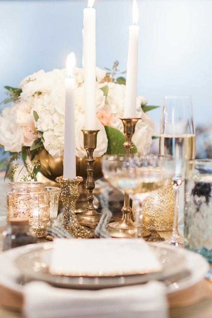 tischdekoration hochzeit hortensien rosen glitzer gold kerzenständer
