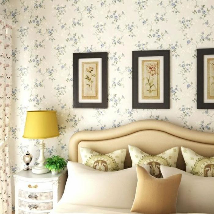 vintage tapete blumenmuster schlafzimmer dekokissen nachttischlampe