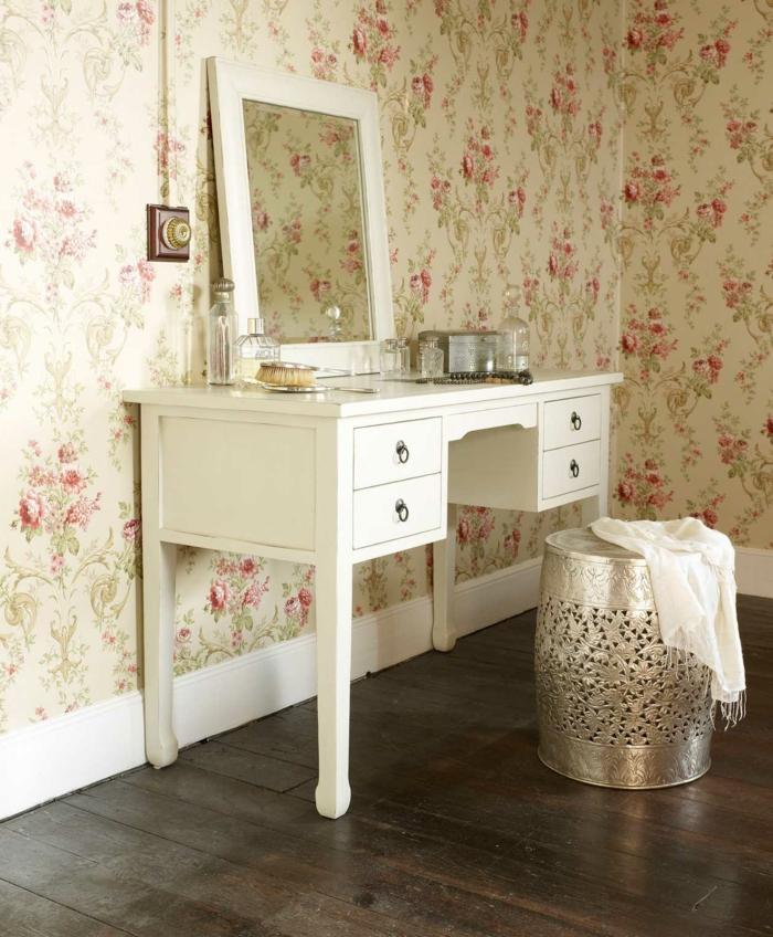 vintage tapete florales muster weißer schminktisch cooler hocker