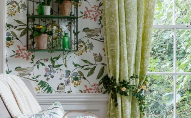 vintage-tapete-florales-tapetenmuster-lange-gardinen-erholungsbreich
