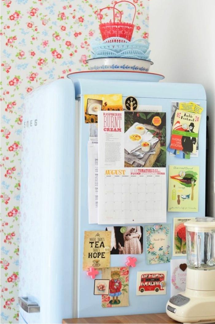vintage tapete küche wandgestaltung blumenmuster vintage kühlschrank