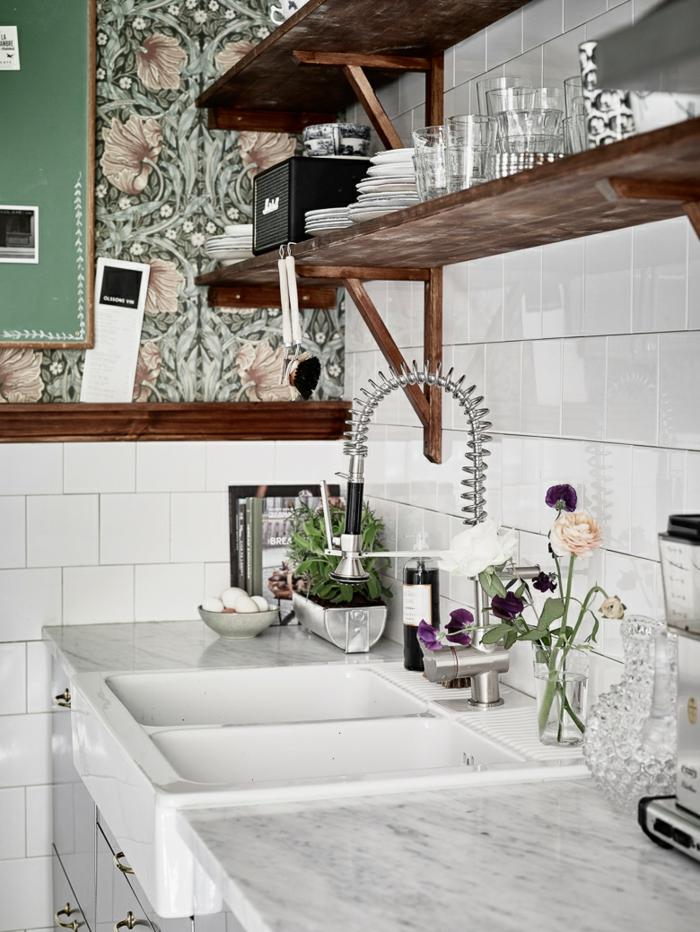 vintage tapete küche weiße wamdfliesen offene wandregale