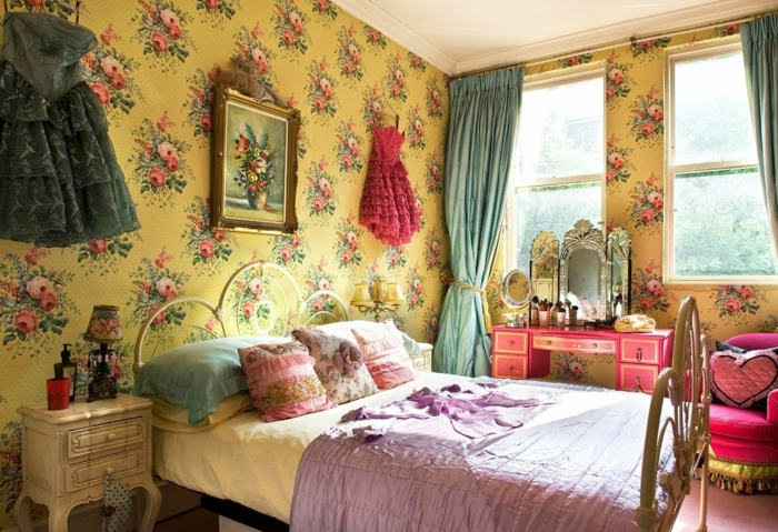 vintage tapete schlafzimmer florales muster gelb lila rot