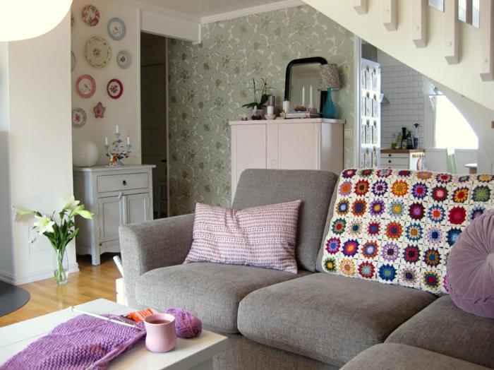 vintage tapete wohnbereich dekokissen pflanzen wanddeko