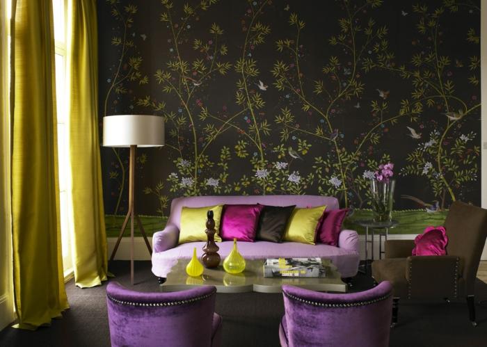 vintage tapete wohnzimmer einrichten grüne gardinen lila sessel