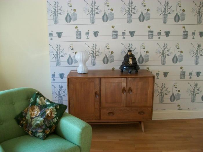vintage tapete wohnzimmer grüner sessel vintage kommode