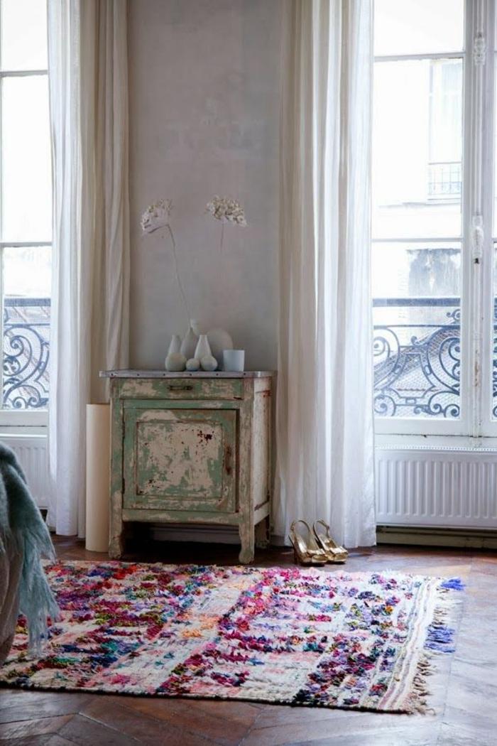 vintage teppiche farbig lange weiße gardinen
