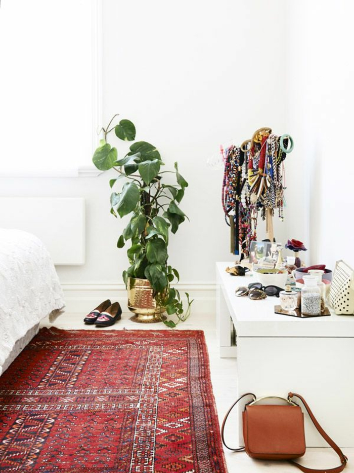 vintage teppiche rot schlafzimmer weiße wandfarbe pflanze