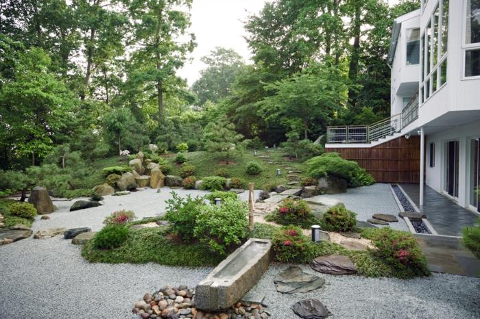 Schöner Vorgarten mit Veilchenbaum um die Haustür