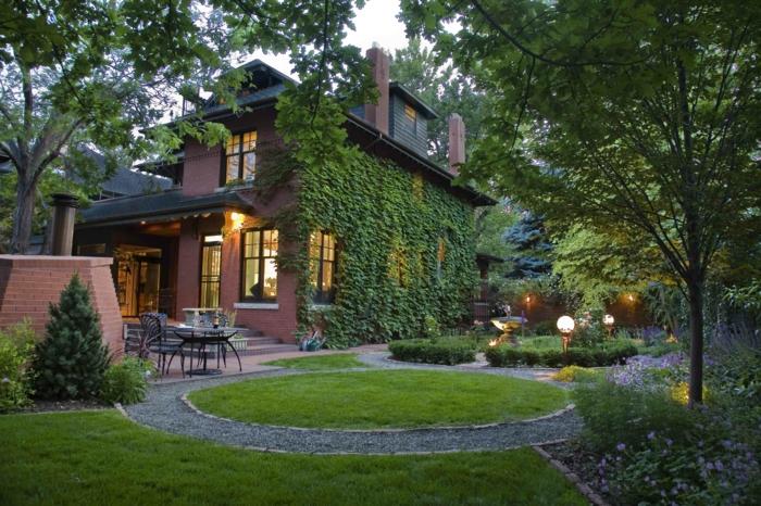 vorgarten gestalten hausfassade kletterpflanzen gartenleuchten