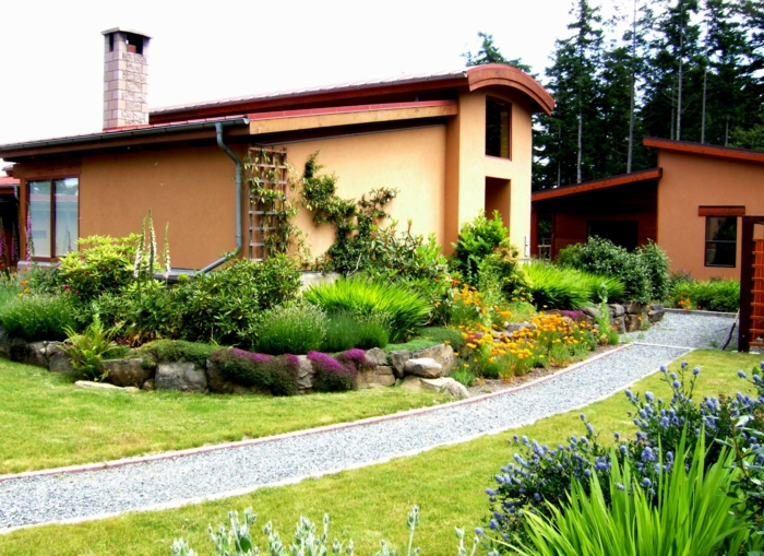 vorgarten gestalten schöne landschaft gartenweg kieselsteine