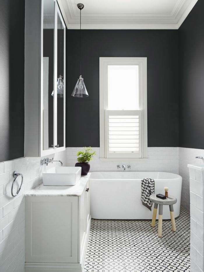 wandgestaltung ideen badezimmer schwarze wandfarbe weiße wandfliesen pendelleuchte beistelltisch