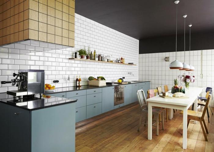 wandgestaltung küche blaue küchenschränke pendelleuchten holzboden